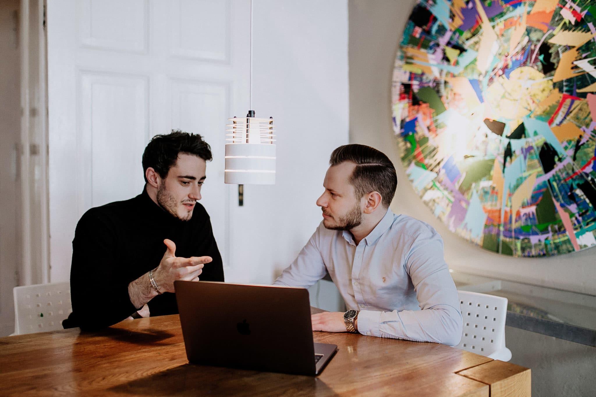 Hannes Nitsche und Simon Reichert von digitalinstinkt® bei einer Besprechung